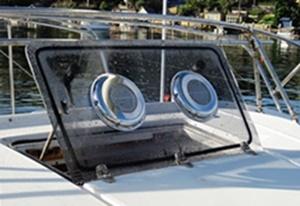 Ventilador sendo usado em saída de ar de um barco