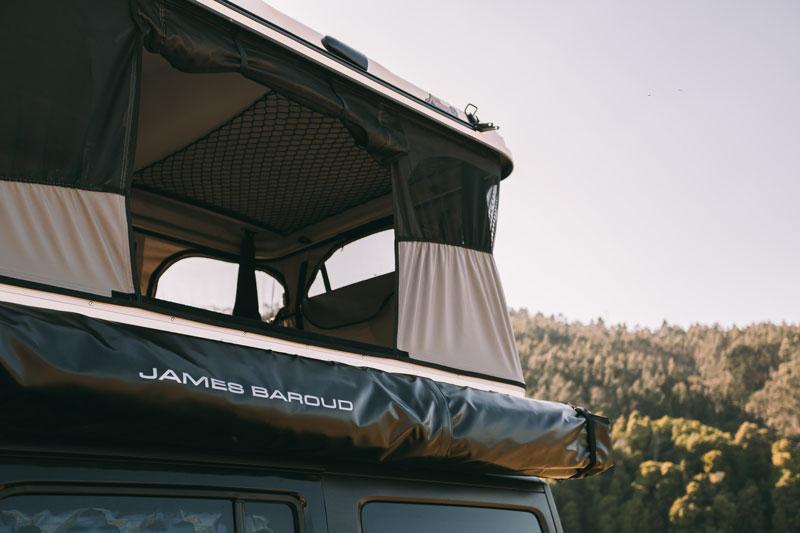 Foto panorâmica da tenda sendo usada com foco na tela