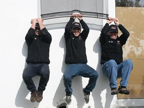Teste de resistência da tela mosquiteira com 3 pessoas penduradas